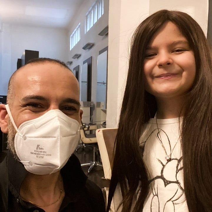 Vereinobmann Yochai Mevorach mit dem Mädchen, dass die 250. Perücke erhalten hat